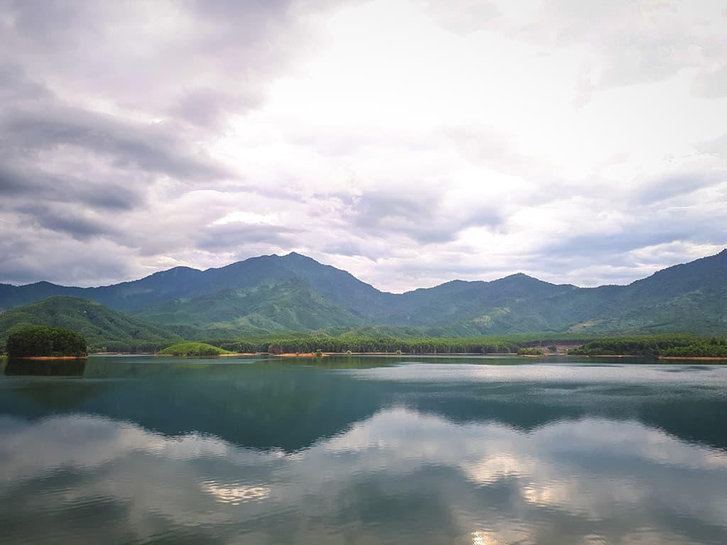 Hồ Hòa Trung cắm trại giữa thiên nhiên